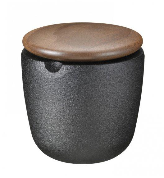 Żeliwny pojemnik na przyprawy Skeppshult z drewnianą pokrywką z orzecha włoskiego. /Btrzy